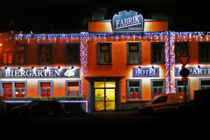 fabrik_front_night_02_light_s